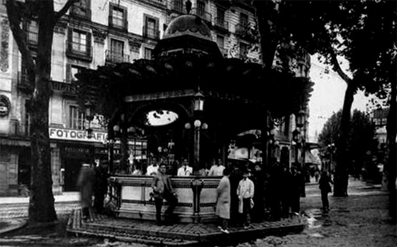 Kiosco de canaletas quiosc de canaletes la barcelona for Kiosco bar madera
